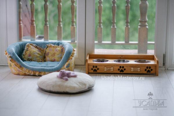 Кормушка на 3 миски для собак или кошек с бортиком