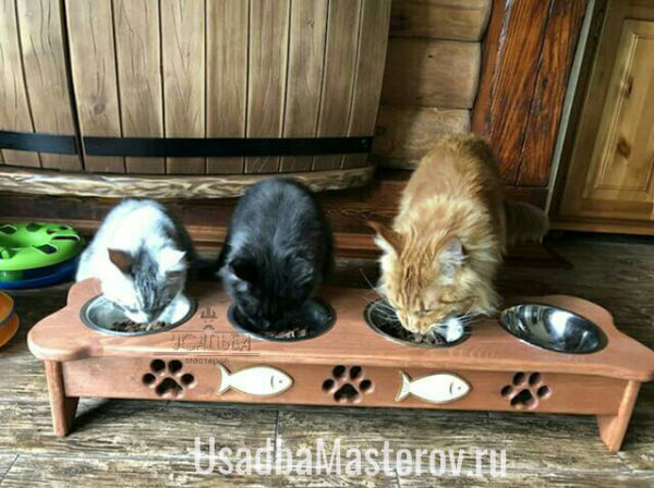 "Кормушка на 4 миски ""Косточка"" для собак или кошек"